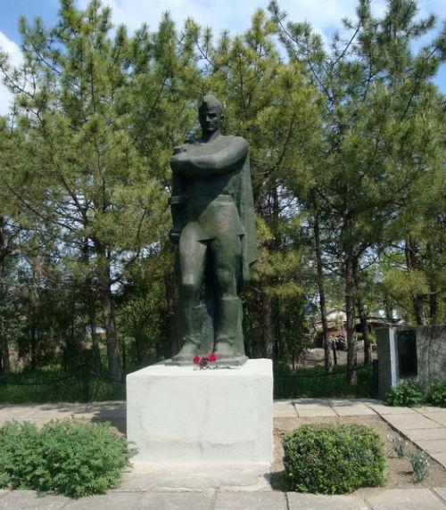 Братская могила, в которой похоронен Н. Федоров и другие участники битвы за Айгульское озеро. Фото Panoramio.com