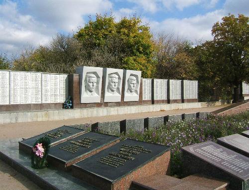 Мемориал советским воинам в городе Святогорск. Первый справа из трех барельефов в центральной части изображает Илью Шуклина. Фото Panoramio.com