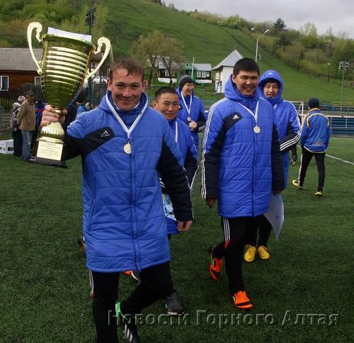 Вратарь «Спортиндустрии» Владимир Симахин с Кубком