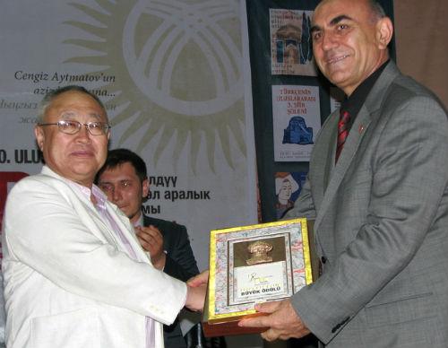 В конкурсе на лучшее представление духовности региона Бронтой Бедюров занял первое место и был награжден золотым дипломом
