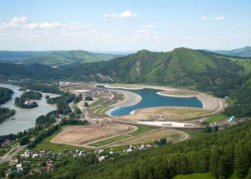 Искусственное озеро в «Алтайской долине», июль 2013 года
