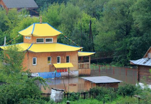 Среди подтопленных зданий – буддистский храм в Горно-Алтайске