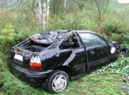 Nissan Bluebird сорвался в обрыв. Фото Главного управления МЧС по Республике Алтай