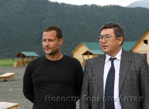 Министр экономики Александр Алчубаев (справа) пообещал Андрею Жукову господдержку