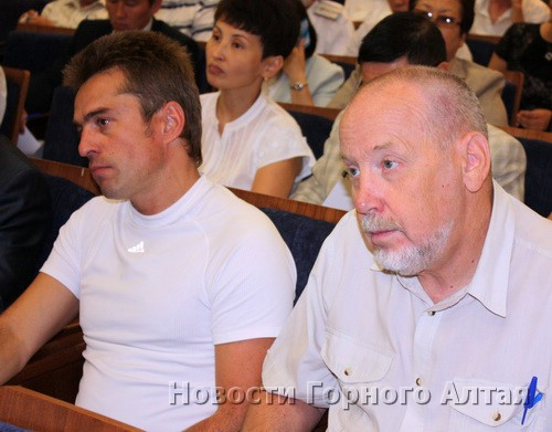 Федор Федотов (справа) направил поступившие от Александра Шефера (слева) деньги на покупку телевизора для Перинатального центра