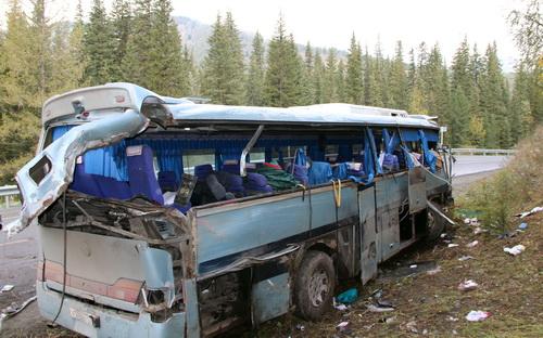 Водитель не справился с управлением и допустил опрокидывание автобуса