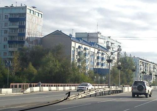 Таксист допустил наезд на разделительное ограждение моста в районе «Мебельной»
