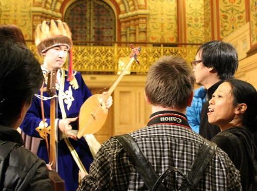 Японцы взволнованно наслаждались голосом и игрой Равиля на народных алтайских инструментах