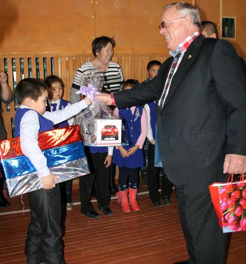 По поручению президента Александр Бердников вручил Эремею Баитову новогодние подарки