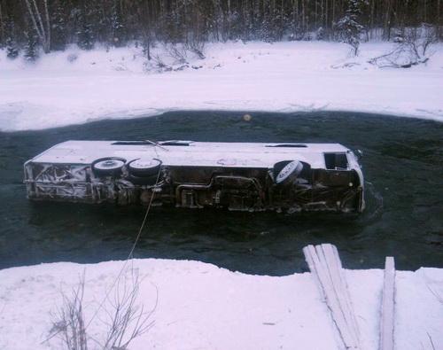 Упавший в Коксу автобус извлекли из реки