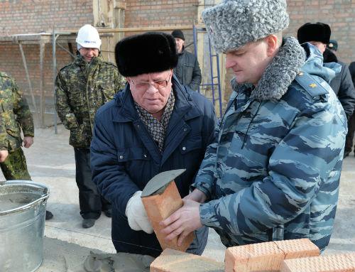 Бердников и Удовенко закладывают первые кирпичи в основание здания улаганской полиции