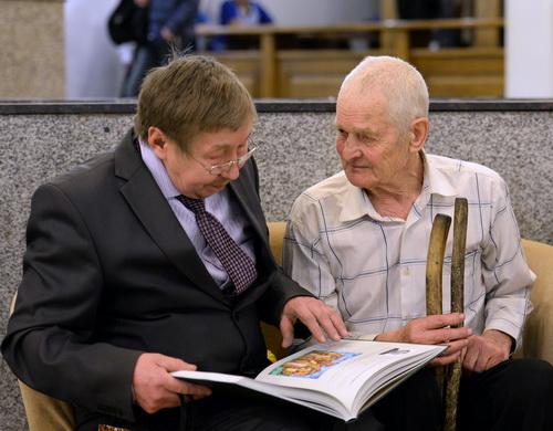Скульптор Анатолий Гурьянов (справа)