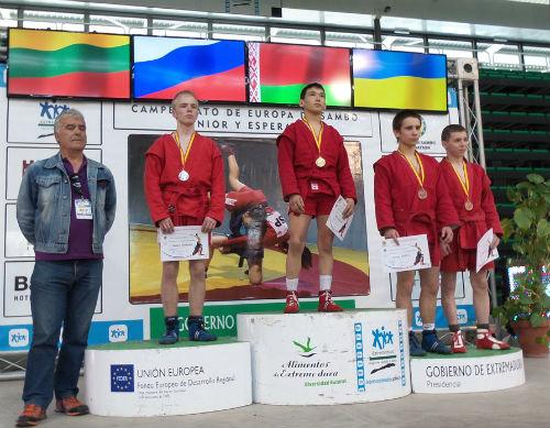 Артем Аурсулов (в центре) стал победителем юношеского турнира в весовой категории до 48 кг