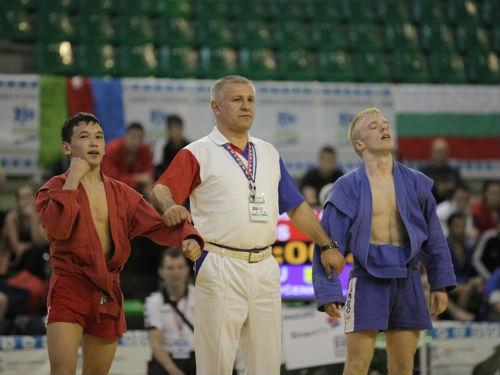 Артем Аурсулов (слева) стал победителем юношеского турнира в весовой категории до 48 кг