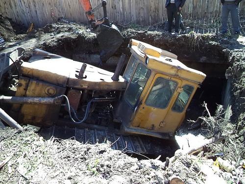 В Майме трактор провалился в выгребную яму
