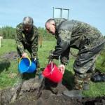 Михаил Терехов и глава Майминского района Евгений Понпа орошают землю