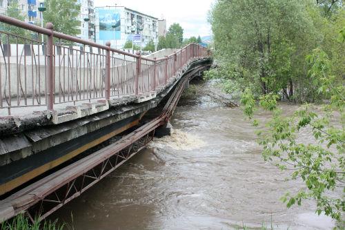 Мост на Мебельной во время наводнения