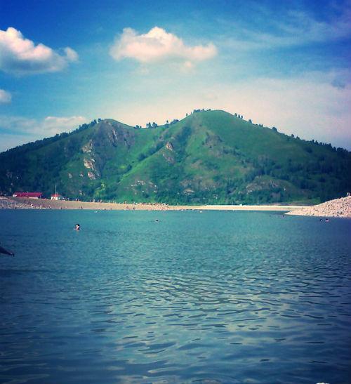 «В «Алтайской долине» люди купаются вовсю…». Фото vk.com