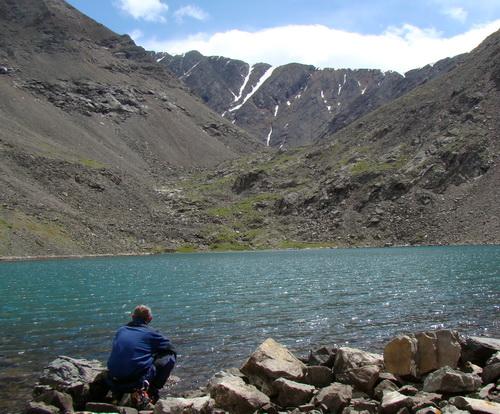 Вид на скалу, где обнаружен параплан