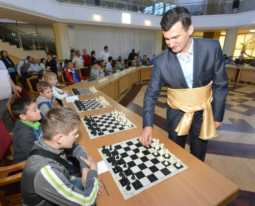 Гроссмейстер Михаил Кобалия провел в Горно-Алтайске сеанс одновременной игры