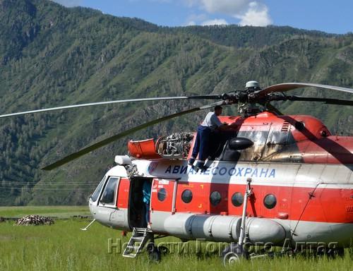 Вертолет, летевший на Белуху спасать туристку, совершил аварийную посадку в Чемале