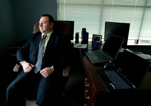 Алекс Холден обвинил российских хакеров в краже более миллиарда «учеток». Фото NYT