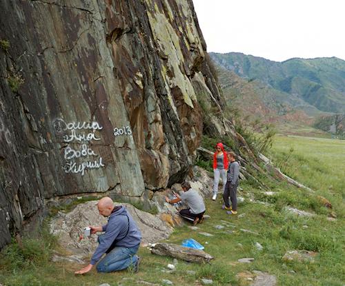 Новосибирские туристы отмыли от надписей вандалов скалу с древними рисунками