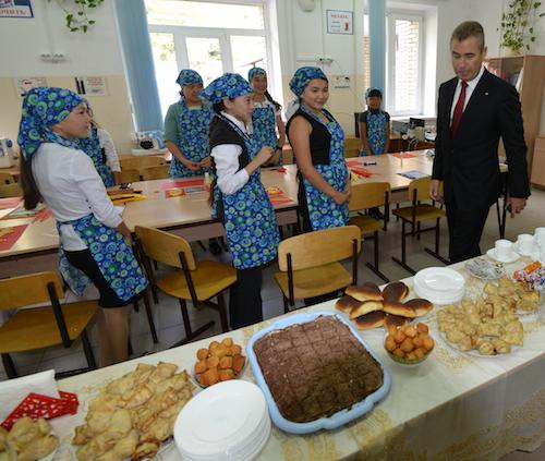 Школьницы накормили детского омбудсмена Павла Астахова блинчиками и тортом