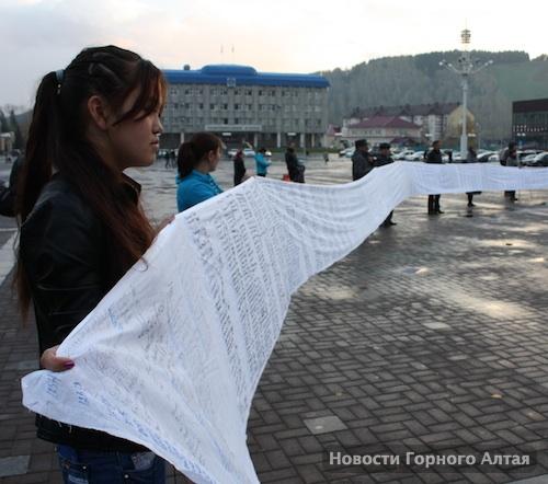 Митингующие потребовали захоронить мумию «принцессы Кадын»
