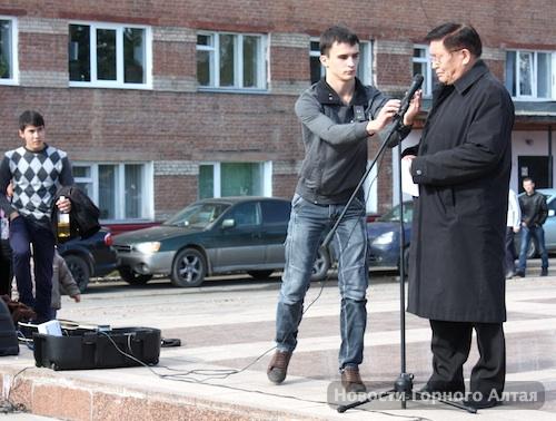 Комсомолец Александр Слобожанин тем временем боролся с неработающей звуковой аппаратурой