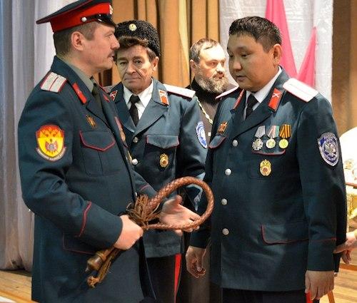 36-летний есаул Виктор Кукасов (справа) стал атаманом. Фото: eparhia-gorniyaltay.ru
