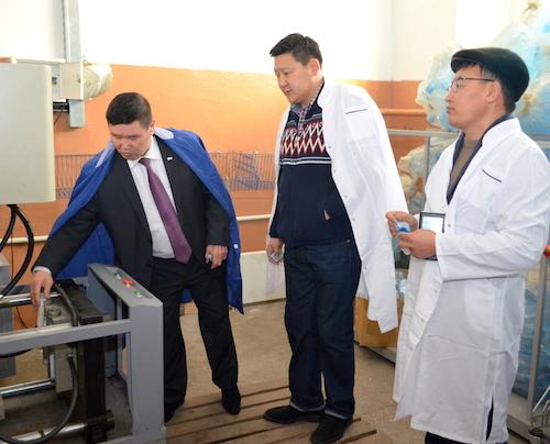 Бывший депутат Госсобрания Александр Манзыров поучил монгольских бизнесменов разливать воду