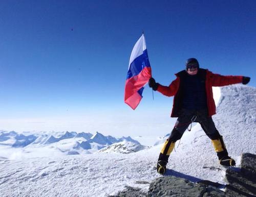 Александр Сидякин в январе водрузил российский триколор в Антарктиде. Фото twitter.com/A_Sidyakin
