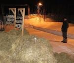 Не стерпевший «кредитного рабства» фермер вывалил перед банком телегу навоза (фото)