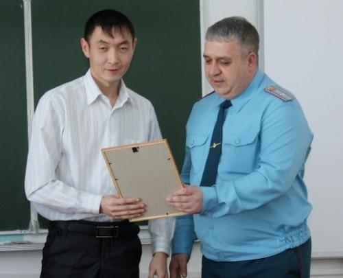 Учитель математики Самыр Плисов (слева) получил почетную грамоту за спасение людей на пожаре