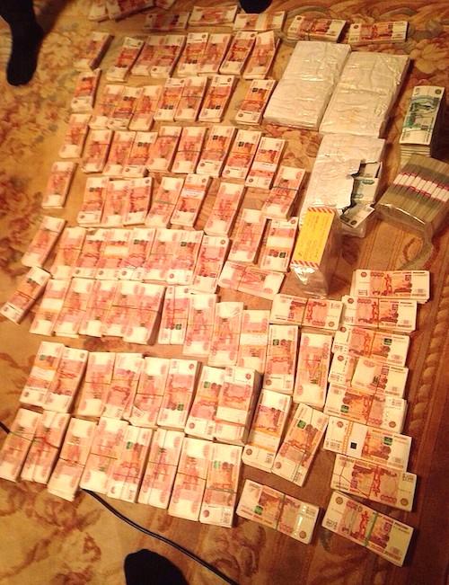 Во время обыска в правительстве Сахалина следователи обнаружили и изъяли несколько десятков миллионов рублей наличными. Фото sakhalin.info