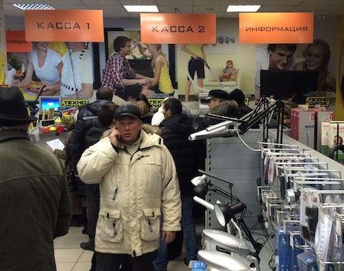 Распродажа товаров привлекла к магазину дополнительное внимание покупателей