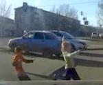 Видео: «Лексус» сбил двух детей у «Парнаса»