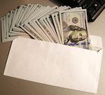 Чиновники особенно «прутся»: разработан специальный конверт для взяток