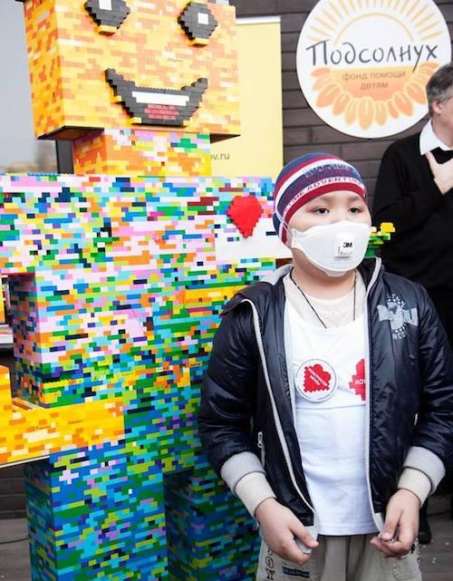 В Москве для больного ребенка из Онгудая собрали 2-метрового человека из Lego. Фото: facebook.com