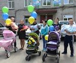 Дети, родившиеся в День Победы, торжественно выписаны из роддома. Фото: Александр Тырышкин
