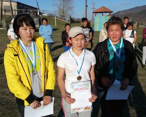 Победители среди девушек (слева направо) Торкочы Енчинова, Сынару Яргакова и Сурая Тепукова