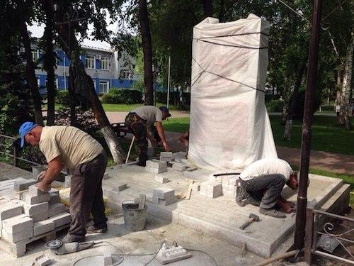 Памятник Чаптынову готовят к открытию. Фото: Алтай Сооктор