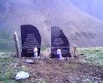 На Курайском хребте установили памятник в честь погибших парапланеристов