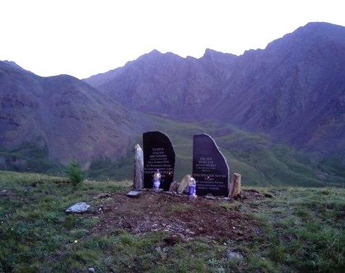 На Курайском хребте установили памятник в честь погибших парапланеристов. Фото mozhga.net