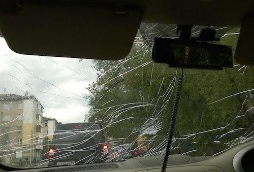 Разбитое лобовое стекло. Фото: Мария Истомина, vk.com