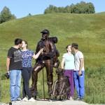 Памятник туристу установили на въезде в республику