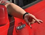 Депутаты предлагают штрафовать водителей за выброшенные из окна окурки