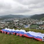 В Горно-Алтайске в День российского флага развернули 40-метровый триколор