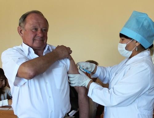 Виктор Облогин первым привился от гриппа